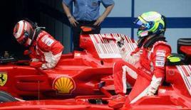 <p>Massa coloca Ferrari na pole para o GP da Malásia. Felipe Massa (dir.) comemora a conquista da pole position para o GP da Malásia. O brasileiro larga  à frente de seu companheiro de equipe e atual campeão Kimi Raikkonen (esq.), que sai em segundo. 22 de março. Photo by Stringer</p>
