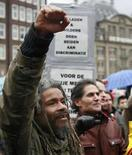 <p>Un manifestante reacciona durante una protesta contra el legislador y realizador cinematográfico holandés Wilders en Amsterdam (3/22/08). Unas 1.000 personas se congregaron en el centro de Amsterdam el sábado para protestar contra Geert Wilders, un legislador holandés de tendencia derechista, por el inminente estreno de su película, que se espera exprese duras críticas contra el Corán. Photo by Reuters</p>