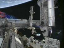 <p>L'astronauta Rick Linnehan mentre lavora nello spazio al robot Dextre, in un'immagine della Nasa. REUTERS/NASA TV</p>