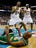 <p>Hornets segura o Celtics e garante vitória de virada. O New Orleans Hornets encontrou uma forma de segurar o Boston Celtics no sábado, virando o jogo para vencer por 113 a 106 o time com melhor performance nesta temporada da NBA. 22 de março. Photo by Sean Gardner</p>
