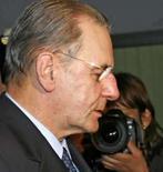 <p>Presidente do COI Jacques Rogge chega a seu hotel em Olympia, na noite de domingo, para a cerimônia de acendimento da tocha dos Jogos de Pequim, nesta segunda-feira. Photo by Mal Langsdon</p>
