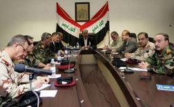 <p>Премьер-министр Ирака Нури аль-Малики проводит совещание с иракскими военными и представителями полиции в Басре, 24 марта 2008 года. Войска Ирака ведут бои с военизированными формированиями в городе Басра на юге страны, где расположен крупный нефтяной терминал, говорят представители военных и очевидцы. REUTERS/Iraqi Government Office/Handout</p>