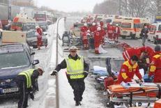 <p>Soccorritori al lavoro durante in maxi-tamponamento in Austria, che ha provocato almeno un morto e diversi feriti gravi. REUTERS/Johann Fesl</p>