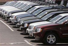 <p>A row of new Chrysler-made Jeep Grand Cherokees are seen at the Pro Chrysler dealership in Thornton, Colorado May 14, 2007. REUTERS/Rick Wilking</p>