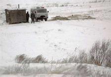 <p>Nella foto scattata nel novembre 2007 alcuni poliziotti russi stanno di guardia ai piedi della collina nella cui grotta i membri della setta si sono rinchiusi aspettando la fine del mondo. REUTERS/Sergei Karpukhin (RUSSIA)</p>