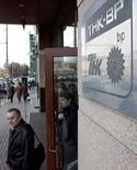 <p>Люди покидают главный офис компании ТНК-BP в Москве 20 марта 2008 года. ТНК-BP, СП английской компании BP и российских акционеров, подтвердила, что почти 150 прикомандированных сотрудников ВР отозваны из компании. (REUTERS/Sergei Karpukhin)</p>