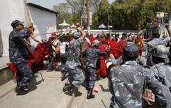 <p>Mortes, prisões e protestos no Tibet mancham Olimpíada na China. Policiais reprimem manifestantes no Nepal. Ao menos duas pessoas morreram em novos protestos na parte tibetana do oeste da China, afirmaram relatos divulgados na terça-feira, enquanto as autoridades chinesas realizavam prisões na capital do Tibet. 25 de março. Photo by Gopal Chitrakar</p>