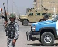 """<p>Иракский солдат занимает позицию в Басре, 25 марта 2008 года. Премьер-министр Ирака Нури аль-Малики приказал военизированным формированиям шиитов, которые ведут бои с силами безопасности Ирака в Басре, сложить оружие и сдаться под угрозой """"сурового наказания"""". REUTERS/Reuters TV</p>"""