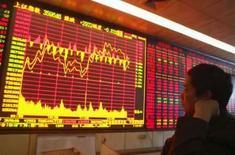 <p>Preços mais firmes de commodities ajudaram a incentivar mercados acionários da Ásia nesta quarta-feira, mas o dólar enfraqueceu depois que uma queda na confiança do consumidor dos Estados Unidos gerou dúvida sobre a força da economia norte-americana frente às turbulências da crise de crédito. Photo by Stringer Shanghai</p>