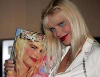 """<p>Ilona Staller, il cui nome d'arte era """"Cicciolina"""" ai tempi della sua carriera come pornostar, posa per i fotografi nel 2004 a Milano. REUTERS/Stefano Rellandini</p>"""