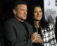 "<p>Foto de archivo de Robin Williams y su esposa, Marsha Garces Williams, tomados de la mano en el estreno mundial de ""Man of the Year"" en Hollywood (27-03-08). La segunda esposa del comediante estadounidense Robin Williams, a quien conoció como niñera de sus hijos, ha pedido el divorcio aduciendo diferencias irreconciliables, según una serie de documentos legales. Photo by (C) MARIO ANZUONI / REUTERS/Reuters</p>"