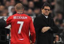<p>Técnico da Inglaterra Fabio Capello observa David Beckham deixando o campo em amistoso contra a França, na quarta-feira. Photo by Toby Melville</p>