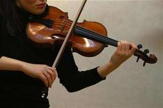 """<p>Violinist Tamsin Waley-Cohen plays """"The Penny"""" Stradivarius violin for photographers at Christie's auction house in London March 7, 2008. REUTERS/Kieran Doherty</p>"""