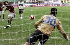 <p>Andrea Pirlo calcia il rigore parato dal portiere dell'Atalanta Ferdinando Coppola, Milano, 30 marzo 2008. REUTERS/Daniele La Monaca</p>