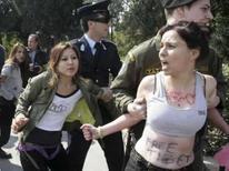 <p>Policiais detêm manifestantes pró-Tibet em Atenas, durante a passagem da tocha Oliímpica, em 30 de março. Photo by Icon</p>