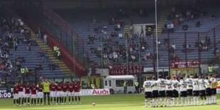 <p>Jogadores do AC de Milão e do Atalanta fazem um minunto de silêncio pela morte de torcedor do Parma antes do jogo da série A no estádio de San Siro, em Milão, 30 de março. Photo by Daniele La Monaca</p>