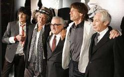 <p>Il regista Martin Scorsese (al centro) posa insiema ai Rolling Stones (da sinistra: Ronny Wood, Keith Richards, Mick Jagger, Charlie Watts) durante la presentazione del suo documentario sulla band. REUTERS/Lucas Jackson (UNITED STATES)</p>
