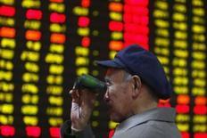 <p>Os mercados asiáticos começaram a semana em queda, consolidando seu pior desempenho trimestral em cinco anos, como conseqüência de persistentes temores acerca da crise de crédito e o impacto de um enfraquecimento na demanda do consumo nos Estados Unidos sobre as empresas exportadoras da região. Photo by Stringer Shanghai</p>