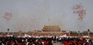 <p>Pequim aponta 'dias de céu azul' como bom indício para Olimpíada. Vista da praça Tianamen em cerimônia de chegada da Tocha Olímpica. Pequim está no caminho certo para garantir ar limpo em agosto, disse a agência de notícias Xinhua, citando uma autoridade ambiental. 31 de março. Photo by Claro Cortes Iv</p>