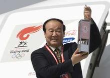 <p>O vice-presidente do comitê de organização das Olimpíadas de Pequim segura a chama Olímpica ao chegar ao aeroporto de Almaty, em 1o de abril, 2008. Photo by Shamil Zhumatov</p>