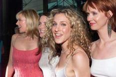 """<p>Le attrici (sinistra a destra) Kim Cattrall, Kristin Davis, Sarah Jessica Parker e Cynthia Nixon, protagoniste della serie """"Sex & The City"""", ad una prima a Los Angeles nel giugno 2000. REUTERS/jc/Photo by Jill Connelly</p>"""