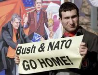 <p>Homem com cartaz anti-Otan e anti-EUA, protestando do lado de fora da embaixada norte-americana em Moscou, 1o de abril. Photo by Sergei Karpukhin</p>