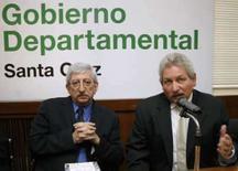 <p>O governador do estado boliviano de Santa Cruz, Ruben Costas (direita),.e o enviado da OEA, Dante Caputo, em entrevista coletiva. A Organização dos Estados Americanos (OEA) não enviará observadores ao tumultuado referendo sobre autonomia. Photo by Carlos Hugo Vaca</p>