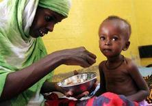 <p>Una donna kenyota dà da mangiare al suo bambino malnutrito in un ospedale a Wajir. REUTERS/Thomas Mukoya</p>