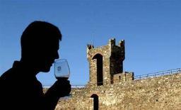 <p>Un turista odora un bicchiere di Brunello di Montalcino. REUTERS/Max Rossi/files (ITALY)</p>