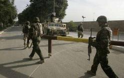 <p>Иракские военные патрулируют дорогу в Багдаде 15 ноября 2007 года. Иракские силы безопасности освободили группу студентов численностью не менее 40 человек, захваченную боевиками на севере Ирака в воскресенье, сообщила полиция. (REUTERS/Mohammed Ameen)</p>