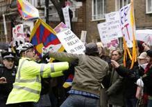 <p>Protestos marcam passagem da tocha olímpica em Londres. Milhares de manifestantes contra o governo chinês levaram bandeiras tibetanas ao protesto durante a passagem da tocha olímpica em Londres, que deveria ser uma jornada de harmonia e paz. 6 de abril. Photo by Pool</p>