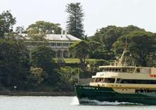 <p>Un touriste a plongé en sous-vêtements d'un bateau dans la baie de Sydney et a rejoint à la nage la résidence du gouverneur général d'Australie, le représentant de la reine d'Angleterre, profitant un certain temps de la piscine avant d'être arrêté. /Photo prise le 7 avril 2008/REUTERS/Tim Wimborne</p>