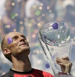 <p>Россиянин Николай Давыденко с главным призом теннисного турнира Sony Ericsson Open, Флорида, 6 апреля 2008 года. Россиянин Николай Давыденко обыграл испанца Рафаэля Надаля в финале теннисного турнира Sony Ericsson Open в Майами. (REUTERS/Robert Sullivan)</p>