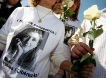 <p>Franceses fazem marcha no dia 6 de abril, pela libertação de Ingrid Betancourt, sequestrada pelas Farc há seis anos   REUTERS. Photo by Eric Gaillard</p>