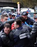 <p>Polícia tenta repreender manifestante durante a passagem da tocha Olímpica por Paris, em 7 de abril de 2008. Um forte esquema de segurança tenta proteger a tocha na capital francesa. Photo by Pool</p>