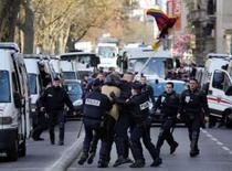<p>Passagem da tocha olímpica por Paris é suspensa após protestos. Policiais prendem manifestante pró-tibet. O revezamento da tocha olímpica pelas ruas de Paris foi cancelado e a chama acabou sendo levada para dentro de um ônibus a pedido de autoridades chinesas. 7 de abril. Photo by Pool</p>
