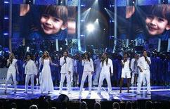"<p>American Idol contestants (from L-R) Brooke White, David Archuleta, Kristy Lee Cook, David Cook, Carly Smithson, Jason Castro, Syesha Mercado and Michael Johns sing at the ""Idol Gives Back"" show at the Kodak theatre in Hollywood, California April 6, 2008. REUTERS/Mario Anzuoni</p>"