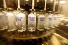 <p>Bottiglie in attesa di essere riempite di vodka Absolut. REUTERS/Bob Strong</p>
