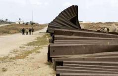 <p>Palestinos caminham ao longo da fronteira entre a Faixa de Gaza e o Egito. Um dirigente do grupo islâmico Hamas alertou que a fronteira da Faixa de Gaza com o Egito pode ser novamente violada e que haverá uma 'explosão' se a passagem continuar interditada por Israel. Photo by Ibraheem Abu Mustafa</p>