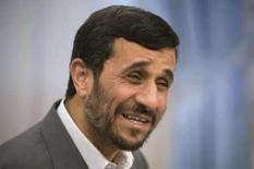 <p>O presidente iraniano, Mahmoud Ahmadinejad, sorri ao falarcom fotógrafos em Teerã. Foto de 6 de abril de 2008.O Irã iniciou a instalação de 6 mil centrífugas avançadas em sua unidade de enriquecimento de urânio, informou Ahmadinejad na terça-feira, numa ampliação dos trabalhos iranianos de enriquecimento. Photo by Morteza Nikoubazl</p>