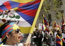 <p>Alcuni manifestanti pro-Tibet a San Francisco, California, oggi tappa della torcia olimpica. REUTERS/Robert Galbraith</p>