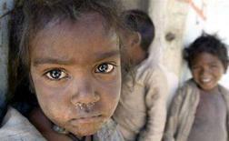 <p>Bambini appartenenti ad alcune tribù fuori dalle loro abitazioni nel villaggio Patara, nello stato dell'India centrale Madhya Pradesh. Nati sottopeso e malnutriti nei primi mesi di vita, milioni di bambini indiani sono cresciuti più deboli e più bassi della norma e diventeranno in futuro lavoratori meno produttivi. REUTERS/Raj Patidar (INDIA)</p>