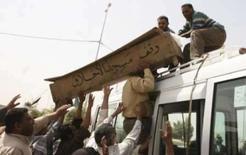 <p>Bagdá tem restrições e violência no 5o aniversário da ocupação. Pessoas carregam o caixão de civil morto em ataques em Bagdá. Pelo menos 12 pessoas morreram na quarta-feira na favela xiita de Sadr City, em Bagdá, apesar do toque de recolher parcial destinado a evitar incidentes no quinto aniversário da invasão norte-americana na cidade. 9 de abril. Photo by Ali Abu Shish</p>
