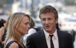 <p>L'attore e regista Sean Penn con sua moglie Robin Wright Penn. REUTERS/Phil McCarten</p>