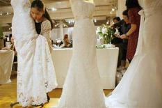 <p>Abiti da sposa presentati in una mostra dedicata ai matrimoni a New York il 2 aprile 2008. REUTERS/Lucas Jackson</p>