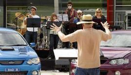 """<p>Il compositore Michael Atherton, professore all'Università di Western Sydney, durante il concerto """"Utility Horn Groove"""" a Sydney. REUTERS/Tim Wimborne</p>"""