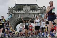 <p>I partecipanti alla maratona di Londra sul Tower Bridge. REUTERS/Luke MacGregor</p>