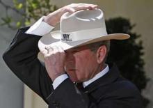 <p>Bush está preocupado com falta global de alimentos--Casa Branca. O presidente norte-americano George W. Bush em cerimônia da Marinha dos EUA. Bush está muito preocupado com a crise global de alimentos e pediu aos seus assistentes que procurem maneiras para que os Estados Unidos possam ajudar a aliviar o problema, disse a Casa Branca. Photo by Jim Young   REUTERS/Jim Young</p>