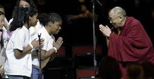 <p>El líder espiritual el Dalai Lama, es saludado por estudiantes durante su visita a Seattle, Washington, 14 abril 2008. Los chinos frustrados con las informaciones de los medios occidentales, que dicen son tendenciosas, sobre las recientes revueltas en el Tíbet tienen ahora una nueva fuente de amparo, una canción que circula por internet llamada 'Don't be too CNN' (No seas tan CNN). Escrita e interpretada por un grupo que se llama Mu Rongxuan y respaldada por un video musical que muestra, entre otras cosas, informaciones mediáticas supuestamente sesgadas, la letra de la canción ataca lo que dice son noticias distorsionadas. Photo by Robert Sorbo/Reuters</p>