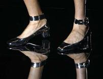 <p>Una modella con un paio di scarpe Gucci ai piedi. REUTERS/Stefano Rellandini (ITALY)</p>